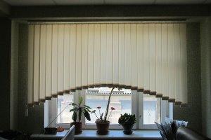 Жалюзи вертикальные, тканевые, в форме арки