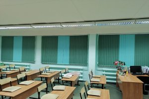 Вертикальные жалюзи для школы с чередованием цвета